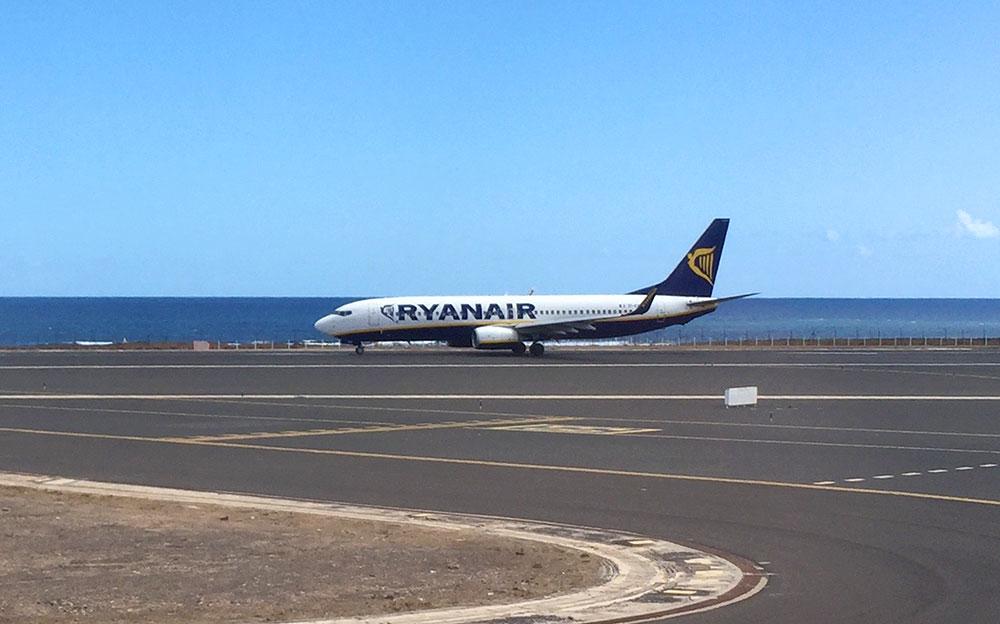 ryanair flugzeug auf der startbahn fuerteventura